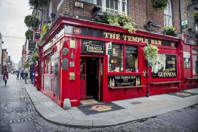 famous-pub-at-the-Temple-Bar-area-in-central-Dublin
